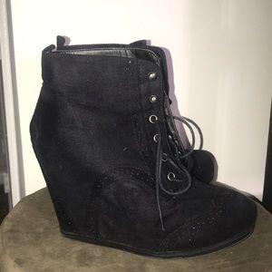 EUC SZ 10 Black suede lace-up wedge boots